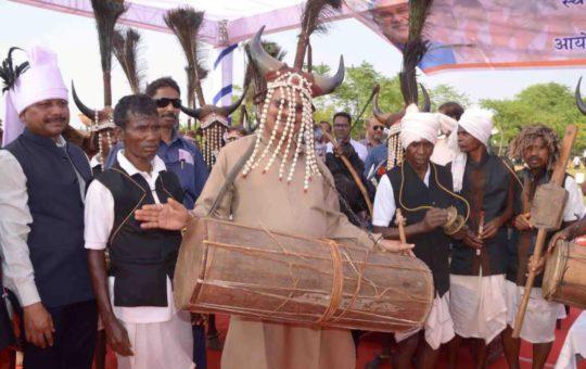 राष्ट्रीय राष्ट्रीय नृत्य प्रदर्शन'माड़िया जाति के प्रमुख लोक श्री ललित चतुर्वेदी, उप निदेशक जन संपर्क